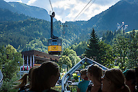 Germany, Bavaria, Upper Allgaeu, Oberstdorf: with Nebelhorn cable car in three sections up to summit Nebelhorn 2224 m, passengers awaiting the cabin at lower station | Deutschland, Bayern, Oberallgaeu, Oberstdorf: mit der Nebelhornbahn geht es in drei Etappen hinauf zum Nebelhorn 2224 m, an der Talstation warten Fahrgaeste auf die Kabine