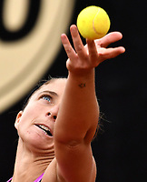 BOGOTA - COLOMBIA – 11 – 04 - 2017: Sara Errani de Italia,  sirve a Ekaterina Alexandrova de Rusia, durante partido por el Claro Colsanitas WTA, que se realiza en el Club Los Lagartos de la ciudad de Bogota. / Sara Errani from Italia, serves to Ekaterina Alexandrova from Rusia, during a match for the WTA Claro Colsanitas, which takes place at Los Lagartos Club in Bogota city. Photo: VizzorImage / Luis Ramirez / Staff.