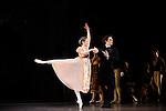 ONEGUINE..Choregraphie : CRANKO John.Mise en scene : CRANKO John.Compositeur : TCHAIKOVSKI Piotr Ilyitch.Decor : ROSE Jurgen.Lumiere : BJARKE Steen.Costumes : ROSE Jurgen.Avec :.MOREAU Herve.OULD BRAHAM Myriam.Lieu : Opera Garnier.Ville : Paris.Le : 15 04 2009.© Laurent PAILLIER CDDS Enguerand