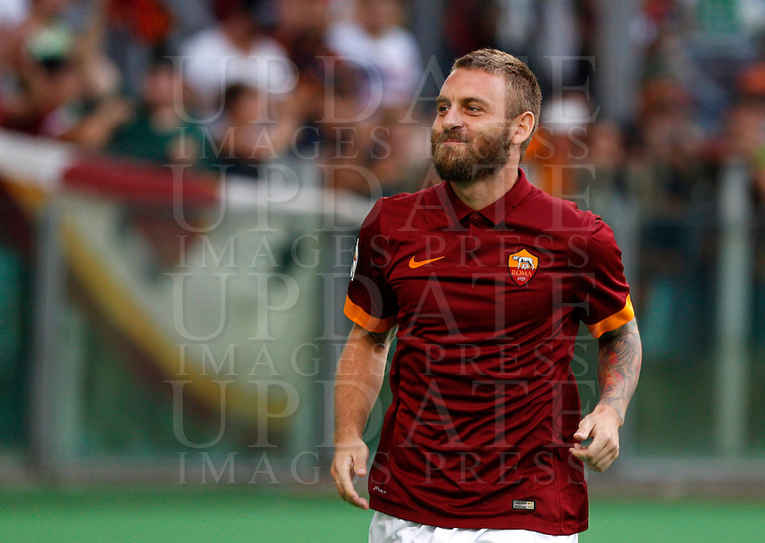 Calcio, amichevole Roma vs Fenerbahce. Roma, stadio Olimpico, 19 agosto 2014.<br /> Roma midfielder Daniele De Rossi arrives for the team's presentation, prior to the friendly match between AS Roma and Fenerbahce at Rome's Olympic stadium, 19 August 2014.<br /> UPDATE IMAGES PRESS/Riccardo De Luca