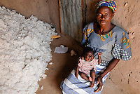 Burkina Faso , Helvetas  fair trade and organic cotton project, woman of farmer Boukoungou Wenneda of cooperative UNPCB in village Kayao near Ouagadougou / Burkina Faso fairtrade und Biobaumwolle Projekt