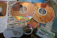 NAPOLI PIRATERIA INFORMATICA .CD FALSIFICATI DI PROGRAMMI MICROSOFT.NELLA FOTO CD FALSI E ORIGINALI A CONFRONTO.FOTO CIRO DE LUCA