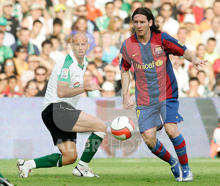 FC Barcelona's Lionel Messi (r) and Racing de Santander's Gonzalo Colsa (l) during the Spanish League match between Racing de Santander and FC Barcelona at El Sardinero Stadium in Santander, Sunday August 26 2007. (ALTERPHOTOS/B.Echavarri).