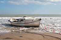 La barca finalmente permanece amarrada en la orilla