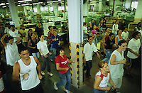 Brasilien, Pausen Gymnastik fuer Mitarbeiter der  Buntstift und Bleistift Produktion aus FSC bei Faber-Castell, Bewegung gegen Monotonie am Arbeitsplatz / Brazil, company Faber-Castell, production of pencils from FSC timber, fitness for employees during working breaks