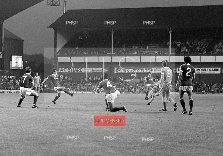 26/08/1980 Everton v Blackpool League Cup 2nd Round 1st Leg .Stan McEwan tries a long range piledriver....© Phill Heywood.