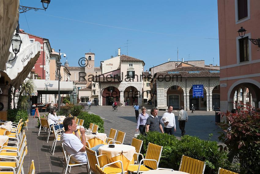 Italy, Lombardia, Lake Garda, Desenzano del Garda: small harbour at South Bank of Lake Garda, Old town, pavement cafe | Italien, Lombardei, Gardasee, Desenzano del Garda: kleiner Hafen am Suedufer des Gardasees, Altstadt, Strassencafe