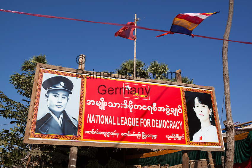 Myanmar (Burma), Mandalay-Division, Bagan: National League for Democracy poster with pictures of Aung San Suu Kyi and Aung San | Myanmar (Birma), Mandalay-Division, Bagan: Werbeplakat der National League for Democracy mit Fotos von  Aung San Suu Kyi und Aung San