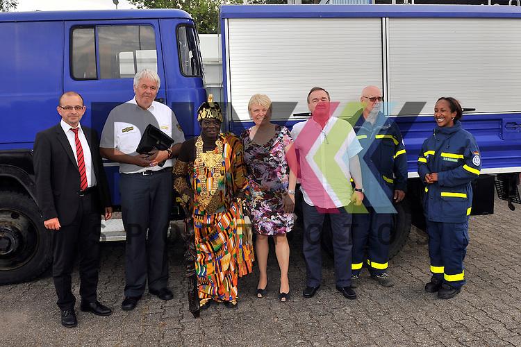 Ludwigshafen 11.07.16 Fahrzeuguebergabe des THW an Koenig Bansah aus Ghana im Bild v.l.: Dezernent Dieter Feid, THW-Praesident Albrecht Broemme, Koenig Bansah aus Ghana, Doris Barnett (SPD), Konsul Uebelhoer, Karl-Martin Hahn und Sarah-Miriam Bernholzer.<br /> <br /> Foto &copy; Ruffler For editorial use only. (Bild ist honorarpflichtig - No Model Release!)
