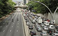 SAO PAULO, SP, 24 JANEIRO 2013 - TRANSITO EM SP PROTESTO MOTOBOYS - Transito completamente parado nos dois sentidos da 23 de maio numa situação atípica para este hora do dia por conta do protesto dos motoboys, no Paraiso região central da cidade, nessa sexta 01 . (FOTO: LEVY RIBEIRO / BRAZIL PHOTO PRESS).