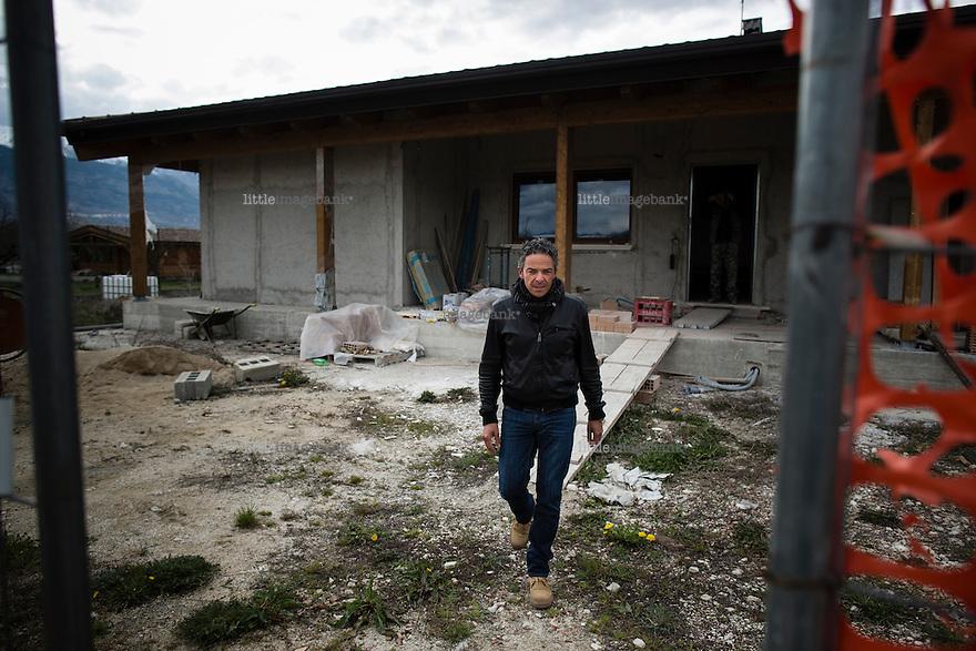 L'aquila, Abruzzo, Italia. 26.03.2014. Francesco Colaianni er fra Onna, en liten landsby utenfor sentrum mistet natten for fem år siden ti prosent av sine innbyggere i skjelvet. Han er i siste fase med oppføringen av et nytt hus på et jordbruksområde rett utenfor landsbyen som tilhører hans familie. Landsbyen ble gjevnet med jorden. L'aquila, 6. april 2009 kl. 03:32: Et jordskjelv som måler 6.3 ryster byen. 309 mennesker mister livet. Fem år senere sliter de som overlevde fortsatt med etterskjelvene, i form av en guffen cocktail av uærlige offentlige tjenestemenn, mafia og 494 millioner øremerkede euro på avveie. Fotografier til bruk i feature i DN lørdag 05.04.2014. Foto: Christopher Olssøn.