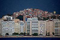 Predios na Praia de Copacabana e favela Cantagalo. Rio de Janeiro. 2013. Foto de Rogerio Reis.