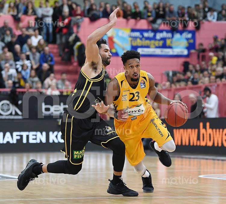 Basketball  1. Bundesliga  2016/2017  Hauptrunde  16. Spieltag  27.12.2016 Walter Tigers Tuebingen - MHP Riesen Ludwigsburg Eric McClellan (re, Tigers) gegen Drew Ceawford (li, Ludwigsburg)