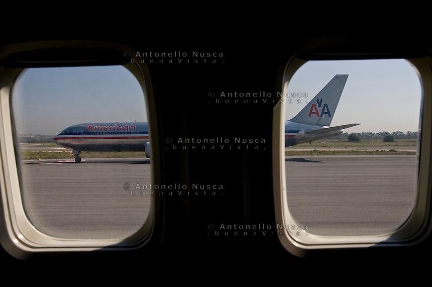 Aereo dell' American Airlines in attes a di decollare