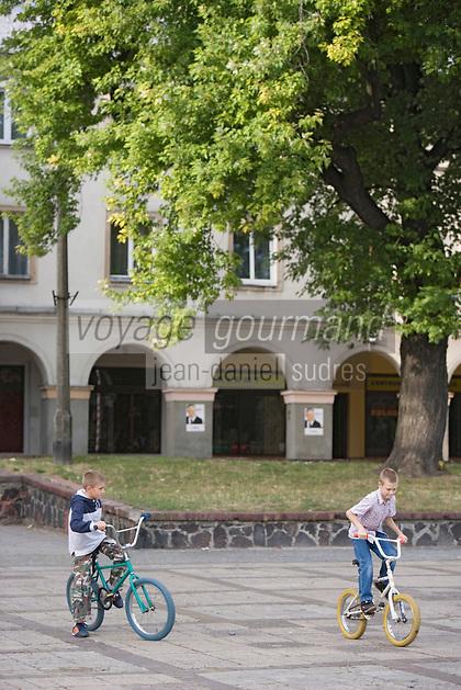 Europe/Pologne/Lodz: Enfants jouant sur la Place du Vieux Marché (Stary Rynek) ou se trouvait le coeur de la ville et l'ancienne synagogue néomauresque, détruite par les nazis en 1939