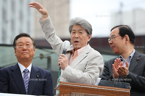 July 22, 2016, Tokyo, Japan - Shuntaro Torigoe (C), a candidate for the Tokyo gubernatorial election delivers a campaign speech, while Communist Party leader Kazuo Shii (R) and People's Life Party leader Ichiro Ozawa (L) look on in Tokyo on Friday, July 22, 2016. Tokyo gubernatorial election will be held on July 31.     (Photo by Yoshio Tsunoda/AFLO) LWX -ytd-