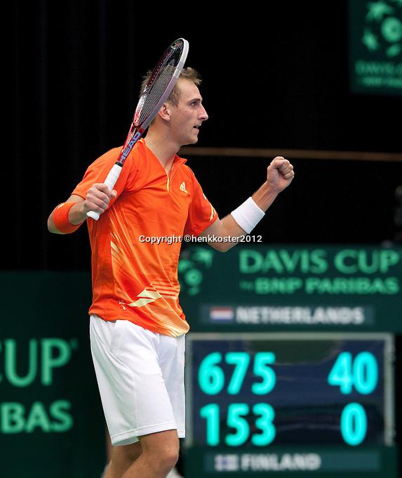 10-02-12, Netherlands,Tennis, Den Bosch, Daviscup Netherlands-Finland, Loting, Thiemo de Bakker  verslaat Timo Nieminnen en brengt Oranje op een 2-0 voorsprong