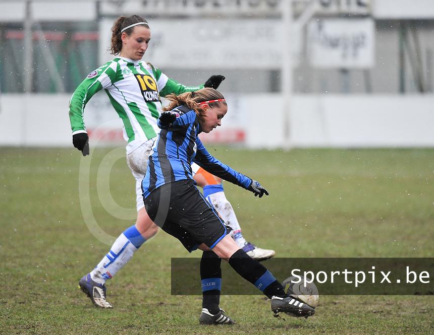 Club Brugge Dames - PEC Zwolle : Nina Vindevoghel aan de bal voor Lisanne Vermeulen.foto DAVID CATRY / Vrouwenteam.be