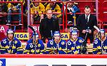 Stockholm 2014-05-03 Ishockey Oddset Hockey Games  Sverige - Finland :  <br /> Sveriges head coach huvudtr&auml;nare Per M&aring;rts i b&aring;set bakom Sveriges Joakim Lindstr&ouml;m under matchen<br /> (Foto: Kenta J&ouml;nsson) Nyckelord:  Oddset Hockey Games Sverige Swe Tre Kronor Finland Fin Globen Ericsson Globe Arena portr&auml;tt portrait
