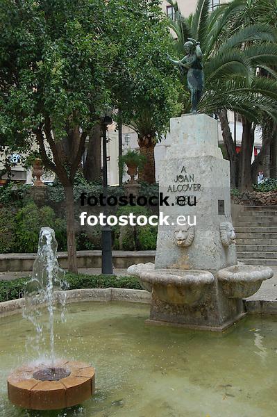 fountain with statue of Joan Alcover i Maspons (Majorca, 1854-1926), poet, essayist and politician<br /> <br /> fuente con estatua de Joan Alcover i Maspons (Mallorca, 1854-1926) poeta, ensayista y político<br /> <br /> Brunnen mit Skulptur von Joan Alcover i Maspons (Mallorca, 1854-1926, Dichter, Essayist und Politiker