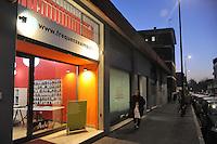 - Milano, la sede della web radio Frequenzeaimpulsi, gestita dai volontari dell'associazione Arch&eacute;. Il locale, ex night club, era propriet&agrave; di Antonio Pristeri, sodale alla cosca della 'ndrangheta calabrese di Franco Coco Trovato e coinvolto in traffici di droga e bische clandestine; sequestrato a norma della legge Rognoni-Latorre 109/96 per la confisca dei beni alla criminalit&agrave; organizzata<br /> <br /> - Milan, the seat of Frequenzeaimpulsi web radio, run by volunteers of the association Arche. The place, a former nightclub, was owned by Antonio Pristeri, close friend to the clan of the Calabrian 'Ndrangheta Franco Trovato Coco and involved in drug deal and gambling houses, seized according to the law 109/96 Rognoni-Latorre for the confiscation of organized crime properties