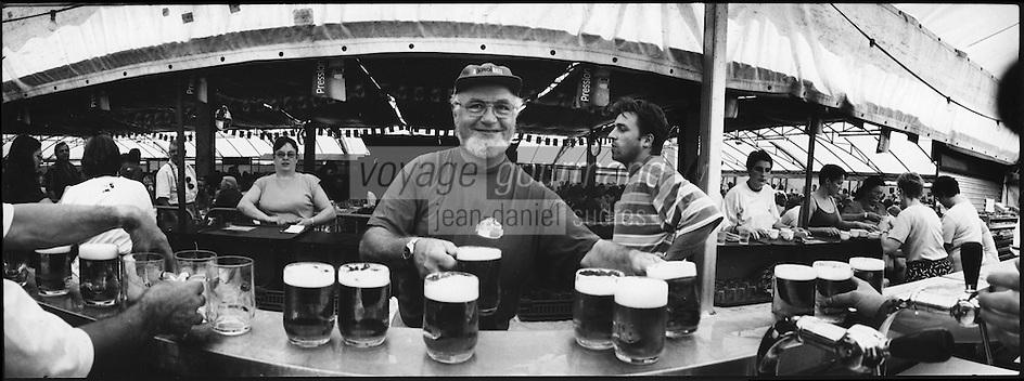 Europe/France/Alsace/67/Bas-Rhin/ Krautergersheim: Lors de la Fête de la Choucroute service des chopes de bière au  bar sous le chapiteau [Non destiné à un usage publicitaire - Not intended for an advertising use]