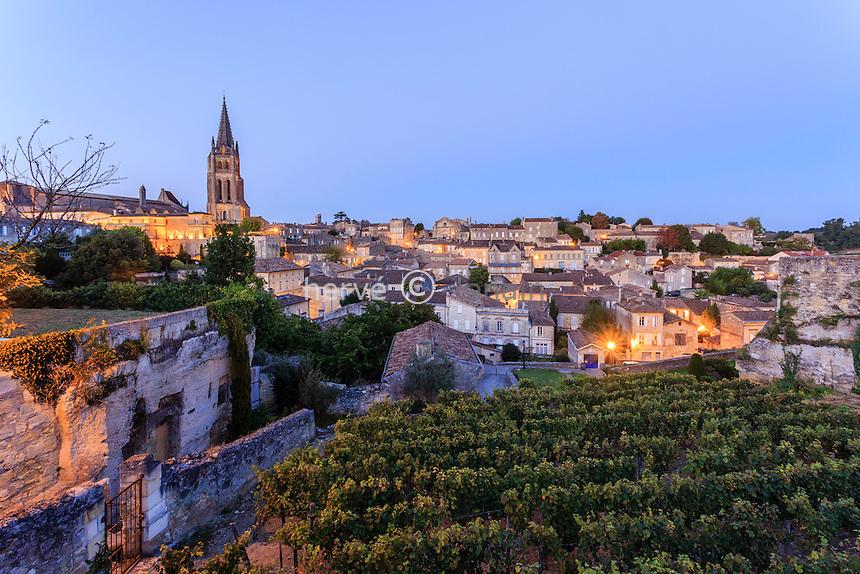 France, Gironde (33), Saint-Émilion, classé Patrimoine Mondial de l'UNESCO, le soir, clocher de l'église monolithe // France, Gironde, Saint Emilion, listed as World Heritage by UNESCO, at night