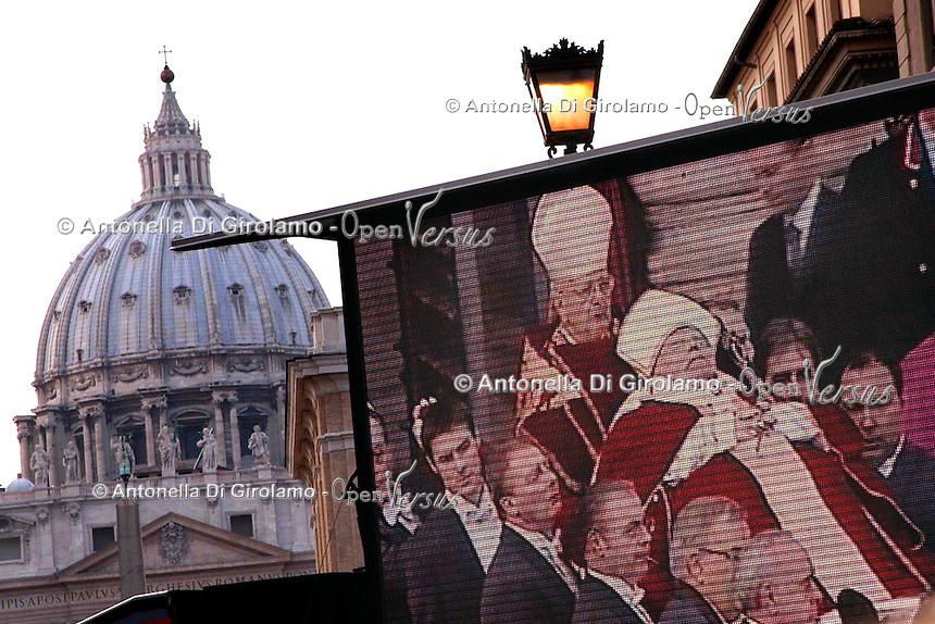 Stato della Città del Vaticano. Funerali di Papa Giovanni Paolo II. .Vatican City State. Funeral of Pope John Paul II..Folla di fedeli mentre segue l'evento dai grandi schermi..Crowd of faithful while following the event from large screens......