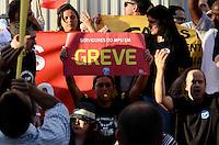 SAO PAULO, 23 DE AGOSTO DE 2012 - MANIFESTACAO GREVE SERVIDORES FEDERAIS - Com uma pessoa fantasiada de presidenta Dilma Roussef, servidores publicos federais fecharam a entrada do Forum Pedro Lessa, na Avenida Paulista, em protesto contra congelamento de salarios e 6 anos sem aumento salarial, na tarde desta quinta feira. FOTO: ALEXANDRE MOREIRA - BRAZIL PHOTO PRESS