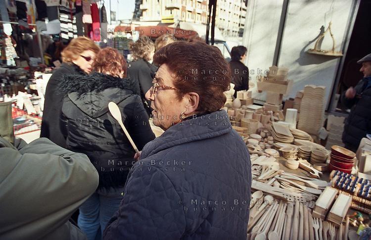 Milano, mercato rionale di viale Papiniano --- Milan, local market in Papiniano street