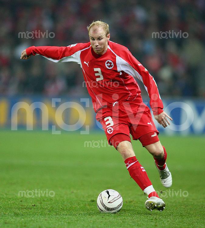 Fussball International WM Qualifikation Schweiz 2-0 Tuerkei Ludovic Magnin (SUI) am Ball