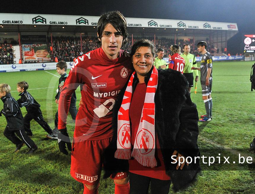 KV Kortrijk - SV Zulte Waregem  : matchbalschenkster op de foto met Pablo Chavarria.foto VDB / BART VANDENBROUCKE
