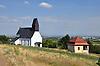 Katholische Kirche und Weinbergspavillon am Ortsrand von Mölsheim im Zellertal
