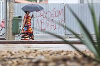 SAO PAULO, SP, 01.04.2014 - CLIMA TEMPO / SAO PAULO - Pedestre se protege de garoa na Avenida Brigadeiro Luis Antonio no bairro do Ibirapuera regiao sul de Sao Paulo, nesta terca-feira, 01. (Foto: William Volcov / Brazil Photo Press)