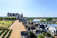 France, Indre-et-Loire (37), Amboise, château d'Amboise, la terrasse de Naples surplombe la Loire et la ville