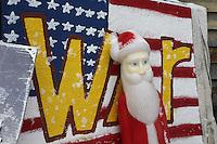 pupazzo di Babbo Natale su bandiera americana con scritta War