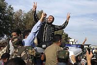 GAD13 SIRTE (LIBIA), 20/10/2011.- Rebeldes libios celabran la caída de la ciudad y la muerte del dirigente libio Muamar el Gadafi, en la ciudad de Sirte, Libia, el día 20 de octubre de 2011. EFE/GUILLEM VALLE..