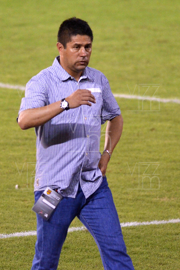 BARRANQUILLA -COLOMBIA-21-11-2013.Wilson Gutierrez director tecnico del Independiente Santa Fe. Accion de juego entre el Atletico Junior  contra el  Independiente Santa Fe durante partido de los cuadrangulares finales de la Liga Postob—n 2013 realizado en el estadio Metropolitano  ./  Wilson Gutierrez   coach of Independiente Santa Fe . Action game between Atletico Junior against Independiente Santa Fe during the final game of runs Postob—n League 2013 held at the Metropolitan Stadium.  Photo:VizzorImage /  Alfonso Cervantes  / Stringer