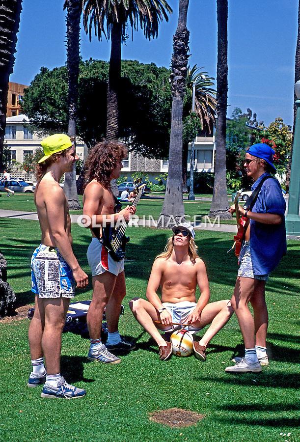 Jovens músicos na praça em Santa Mônica. Los Angeles, EUA. 1990. Foto de Juca Martins.