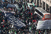 BUENOS, AIRES, ARGENTINA, 27 DE JUNHO 2012 - MANIFESTO BUENOS AIRES - Manifesto lidedado por Hugo Moyano leva cerca de  150000, pessoas as ruas do centro de Buenos Aires para protestar contra os impostos. foto: Patricio Murphy - Brazil Photo Press.