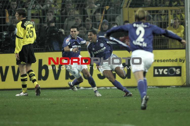 BL 2004/2005 -  16. Spieltag - Hinrunde<br /> Borussia Dortmund vs. FC Schalke 04 - 0:1<br /> <br /> Ailton (Mitte) von Schalke 04 dreht jubelnd nach seinem Tor zum 1:0 ab. Lincoln (2. v. links) und Christian Poulsen (rechts) von Schalke jubeln mit. Links im Foto Markus Brzenska von Borussia Dortmund.<br /> <br /> Foto &copy; nordphoto - Ruediger Lampe<br /> <br />  *** Local Caption *** Foto ist honorarpflichtig! zzgl. gesetzl. MwSt.<br /> Belegexemplar erforderlich<br /> Adresse: nordphoto<br /> Georg-Reinke-Strasse 1<br /> 49377 Vechta