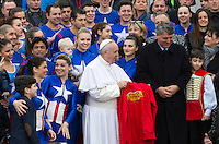 Giocolieri e majorettes dell'American Circus posano per una foto con Papa Francesco durante la sua udienza generale del mercoledi' in Piazza San Pietro, Citta' del Vaticano, 3 febbraio 2016.<br /> Jugglers and majorettes of the American Circus pose for a picture with Pope Francis during his weekly general audience in St. Peter's Square at the Vatican, 3 February 2016.<br /> UPDATE IMAGES PRESS/Riccardo De Luca<br /> <br /> STRICTLY ONLY FOR EDITORIAL USE