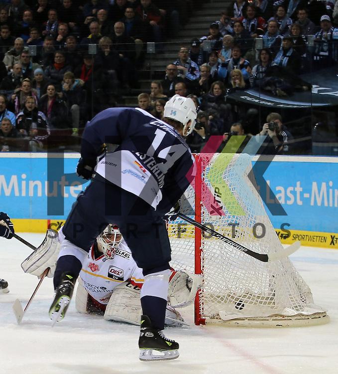 Eishockey DEL 2015 / 16 - 08.01.2016 - 35. Spieltag Hamburg Freezers vs. Duesseldorfer EG<br /> <br /> Foto: Das Tor zum 3:0  Torschuetze Garrett Festerling (Hamburg, vorn) trifft gegen Goalie Bobby Goepfert (Duesseldorf)  beim Spiel in der DEL, Hamburg Freezers - Duesseldorfer EG.<br /> <br /> Foto &copy; PIX-Sportfotos *** Foto ist honorarpflichtig! *** Auf Anfrage in hoeherer Qualitaet/Aufloesung. Belegexemplar erbeten. Veroeffentlichung ausschliesslich fuer journalistisch-publizistische Zwecke. For editorial use only.