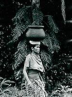 Frau holt Wasser, Bali, Indonesien 1972