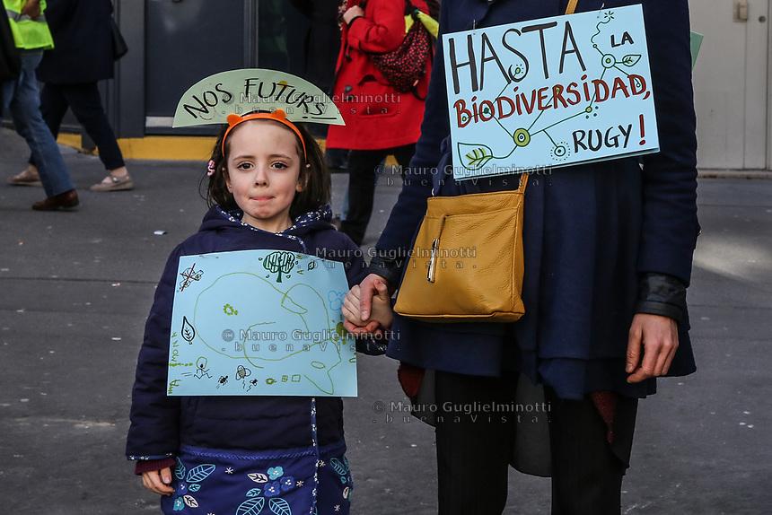 Manifestazione per il clima Manifestanti con cartelli a favore di interventi per il clima<br /> Bambina tiene la mano di mamma, con cartelli biodiversità