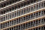 UTRECHT - In Utrecht zijn medewerkers van bouwcombinatie Westraven begonnen met het in de steigers zetten van een kantoortoren van Rijkswaterstaat als voobereiding van een twee jaar durende transformatie. Naar een ontwerp van bureau Cepezed uit Delft zal de dertig jaar oude betonnen kantoortoren Westraven van een nieuw jasje voorzien worden en eveneens worden uitgebreid met laagbouw. De bouwcombinatie bestaat uit BAM Utiliteitsbouw, Ballast Nedam Bouw, HOMIJ Technische Installaties en technische dienstverlener Imtech. COPYRIGHT TON BORSBOOM