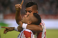 BARRANQUILLA - COLOMBIA -30 -08-2015: Vladimir Hernandez jugador de Atletico Junior celebra el gol anotado a Deportivo Cali, durante partido entre Atletico Junior y Deportivo Cali, por la fecha 9 por la Liga Aguila II 2015, jugado en el estadio Metropolitano Roberto Melendez de la ciudad de Barranquilla. / Vladimir Hernandez (R), player of Atletico Junior celebrates a scored goal to Deportivo Cali, during a match between Atletico Junior and Deportivo Cali, for the date 9 of the Liga Aguila II 2015 at the Metropolitano Roberto Melendez Stadium in Barranquilla city. Photo: VizzorImage  / Alfonso Cervantes / Cont