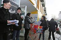 Tim Beyermann, Anfred J. Arndt und Simona Sergi (vlnr) von der DKP/Linke Liste informieren Passanten über die Aktion und verteilen Flugblätter
