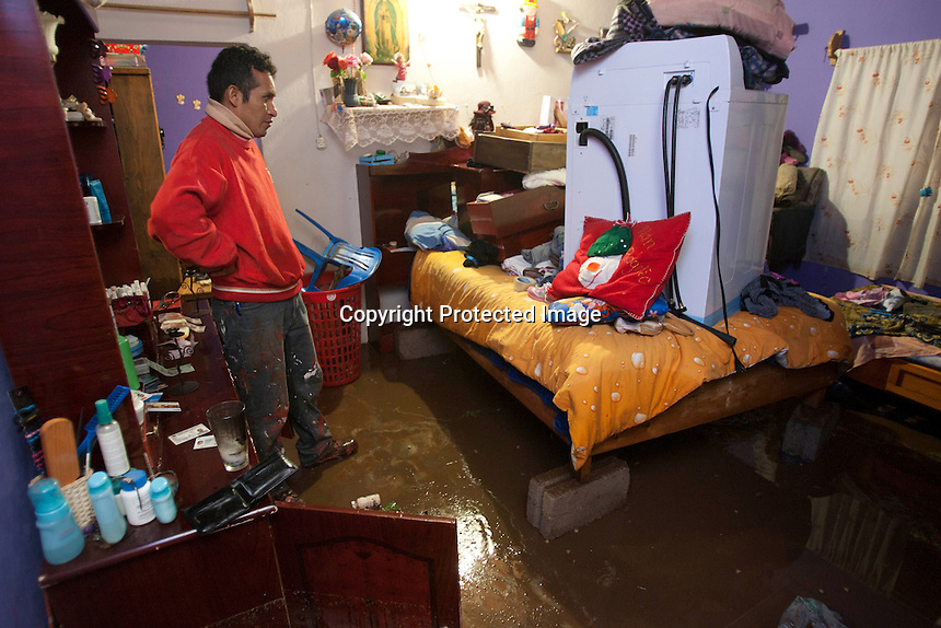 San Juan del R&iacute;o, Qro.- Impresionante tromba ocurrida esta noche en el norte del municipio, provoc&oacute; inundaciones en la comunidad de La Llave, adem&aacute;s de provocar un apag&oacute;n de varias horas por el efecto de la tormenta el&eacute;ctrica que azot&oacute; la regi&oacute;n, dejando a oscuras a m&aacute;s de 8 mil personas.<br /> <br /> Elementos del 7o Regimiento Mecanizado de La Llave acudieron en auxilio de las familias que viven a un costado de la carretera que conduce a La Valla, pues los escurrimientos y la lluvia anegaron decenas de casas. Asimismo las autoridades municipales, estatales y federales decidieron cortar, literalmente, la carretera que conduce a La Valla para que el agua pudiera fluir hacia el canal de la presa que lleva el mismo nombre de la comunidad. <br /> <br /> Otra zona afectada fue la colonia El Paraiso, ubicada a espaldas de la Ex Hacienda de La Llave, puesto que la fuerte corriente que bajaba del cerro de las minas de &oacute;palo arras&oacute; con las calles poniendo en riesgo a cientos de personas que habitan la popular colonia y que debieron ser desalojadas en una plataforma de un cami&oacute;n.<br /> <br /> La presidencia municipal inform&oacute; a trav&eacute;s de un comunicado que la lluvia dur&oacute; una hora y cuarenta minutos, adem&aacute;s, para las personas afectadas se habilit&oacute; un albergue en las instalaciones de la Ex Hacienda de la Llave pero las personas decidieron cuidar sus pertenencias y permanecieron en el lugar de los hechos.<br /> <br /> De la misma manera se abrieron el DIF municipal y el CECUCO para los evacuados que quisieran resguardarse por esta noche.<br /> Ser&aacute; hasta este martes cuando se de un informe de los da&ntilde;os ocasionados por la inusual lluvia. <br /> <br /> Foto: Demian Ch&aacute;vez / Agencia Colectivo Obtura