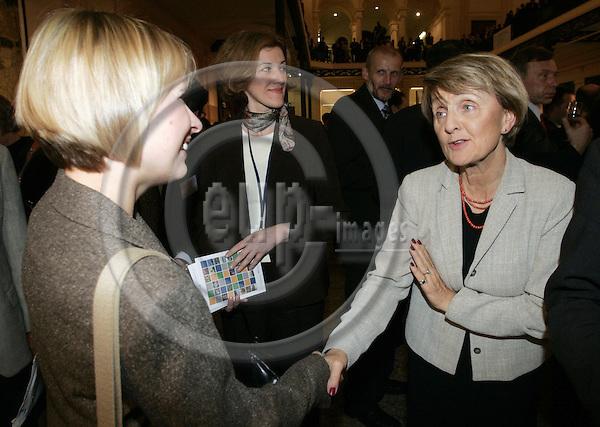 BRUSSELS - BELGIUM - 12 OCTOBER 2005 --Committee of the Regions (CoR) - Open Days. -- The Official Reception of CoR. -- Daniela DRASTATA (L) from HRT (Hrvattska Radiotelevizija) received the 2005 Prix Circom for Cross-Border TV Programs from Danuta HÜBNER, EU Commissioner for Regional Policy.--PHOTO: JUHA ROININEN / EUP-IMAGES